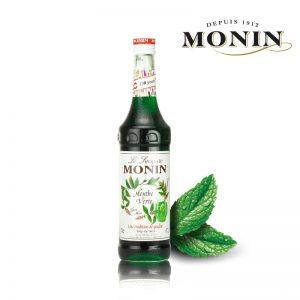 """Siro Monin vị bạc hà xanh là một nguyên liệu pha chế đồ uống của các cửa hàng trà sữa, cafe. Siro Monin vị Bạc hà xanh thường được sử dụng để làm ra một hỗn hợp tươi mát từ nước lọc hoặc nước chanh và siro mà người ta thường gọi là """"Diabolo"""". Hương vị: Vị bạc hà, thanh mát. Thông tin chi tiết Tên đầy đủ: Syrup Monin Green Mint 700cc; Thành phần: Nước siro được làm từ đường, nước, nước ép bạc hà xanh, chất tạo mùi, chất chuyển thể sữa acacia gum, chất tạo màu E150a, E102; Tổng nước ép: tối thiểu 29%, gồm 10% nước ép bạc hà xanh; Xuất xứ: Malaysia; Thể tích: 700ml; Quy cách đóng gói: 6 chai/ thùng; Thời hạn sử dụng: 3 năm; Monin là thương hiệu với 100 năm kinh nghiệm về sản xuất siro, nước trái cây. Cách sử dụng: Sử dụng trong pha chế các đồ uống như: cocktail, sinh tố, trà, cà phê, sữa lắc và cả kết hợp với thực phẩm. Mua siro Monin vị bạc hà xanh Autoshop cung cấp siro monin vị bạc hà xanh chai 700ml tại Việt Nam. Sản phẩm được nhập khẩu chính hãng tự Malaysia. Ngoài siro, chúng tôi phân phối các nguyên liệu pha chế đồ uống khác, thiết bị máy móc pha chế và tổ chức khóa học pha chế. Bạn liên hệ hotline để biết thêm thông tin chi tiết!"""