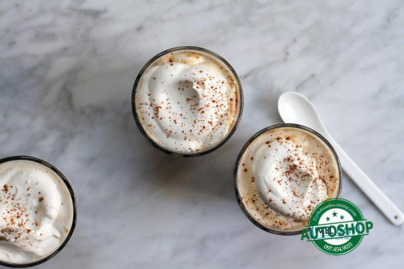 kem-sữa-trên-ly-cà-phê-mocha